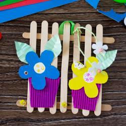 Offrez en cadeau des fleurs fabriquées avec du papier et posées sur des bâtonnets en bois. Une activité simple qui est parfaite pour offrir en cadeau pour la fête des mères comme pour fêter le Printemps.