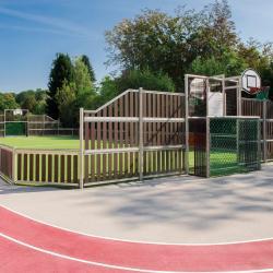 Découvrez quels jeux il est possible de pratiquer sur un terrain multisports. Il en existe dans de nombreuses villes et il est possible d'adapter de nombreux jeux afin que toute la famille puisse y jouer.