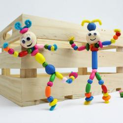 Un bricolage facile pour réaliser des marionnettes articulées en perles. Une jolie activité manuelle de perle économique et rapide à faire avec les enfants. Ils pourront s'amuser durant des heures avec les marionnettes articulés en perles.