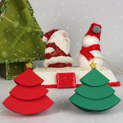 Activité de bricolage enfants pour réaliser des petits sapins en papier à accrocher.