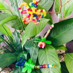 Une activité maternelle pour réaliser une libellule en perles. Une façon ludique de leur faire travailler la motricité fine et la dextérité en leur faisant enfiler des perles de différentes tailles. Un bricolage de printemps facile, rapide et récup' grâce