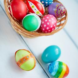 L' œuf de paques est un symbole fort de la fête de Pâques. Qu'il soit apporté par les cloches de Pâques ou le lapin de Pâques pourvu qu'il soit en chocolat et bien caché ! Découvrez des infos sur le symbole, l'histoire des traditions et toutes nos idées d