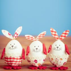Le lundi de Pâques est férié tout comme le dimanche de Pâques. Le lundi de Pâques fait partie de la semaine de fête de Pâques. Autrefois, la fête de Pâques durait une semaine complète, cette semaine s'appelle l'Octave de Pâques.