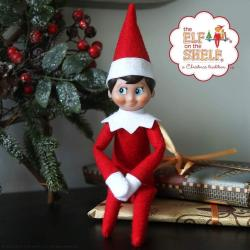 Le lutin de Noël est une tradition canadienne dans laquelle un lutin débarque dans la maison des enfants et fait des bêtises toutes les nuits. Magique !