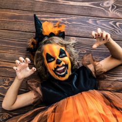 Comment réaliser un maquillage de citrouille simple pour enfant pour Halloween ? La citrouille est un des plus grand symbole d'Halloween. On en retrouve dans les rues, devant les portes et même dans les maisons !