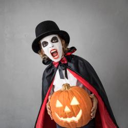 Un maquillage de vampire plus vrai que nature ! Ce maquillage d'Halloween est simple à réaliser et aussi très rapide. Les vampires sont toujours très appréciés par les enfants à Halloween et grâce à ce pas-à-pas, vous pourrez transformer votre enfant en l