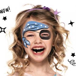 Vous chez cher un maquillage pirate fille ? Voici un tuto simple proposé par notre partenaire Snazarro. Suivez les 3 étapes de notre tuto pour apprendre à maquiller votre enfant en pirate ! Le maquillage pirate est incontournable lors du Carnaval, des fêt