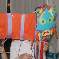 Réalise ta marionnette du dragon chinois et part défiler dans les rues dans le vacarme assourdissant des gongs et des pétards du nouvel an chinois. Renseigne-toi s'il existe une communauté chinoise, ...
