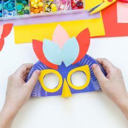 Idées de masques inspirés du carnaval de Rio. Les masques du Carnaval de Rio brillent par leur extravagance ou leur inspiration liée à l'histoire des indiens d'Amérique du Sud ou aux anciens esclaves venus d'Afrique avec leurs traditions. Suivez les instr