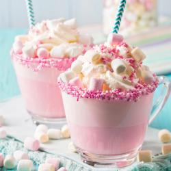 Le milshake au chamallow est une recette sucrée que les enfants adorent ! Ils ont l'impression de boire un bonbon délicieusement lacté. Une recette toute rose qu'on adore.