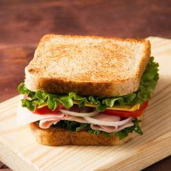 Recette rapide de petits sandwichs au jambon. Ces minis sandwichs au jambon feront merveille sur un buffet d'enfant, un brunch ou une soirée snack.