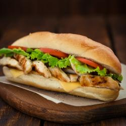 Recette de minis sandwichs au poulet. Une recette du dimanche soir pour terminer les restes de poulet.
