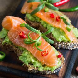 Minis sandwichs au saumon fumé à faire avec ou pour les enfants. Ces petits sandwichs accompagnés d'un dessert feront un bon repas complet pour le soir.