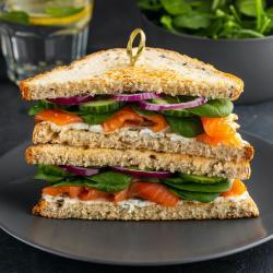 Mini sandwichs au saumon fumé, au fromage blanc et fines herbes. Les enfants n'aimeront peut-être pas, mais comme ils auront préparé ces minis sandwichs ils les goûteront et feront un premier pas vers l