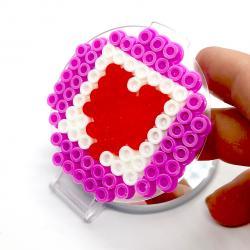 Vous vous demandez quoi offrir pour la Fête des mères ? vous voulez un cadeau beau et utile à personnaliser. Ce miroir en perles à repasser est le cadeau idéal. La maman pourra même l'emporter en voyage.