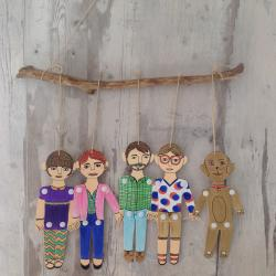 Le portrait de famille en silhouettes est une activité simple à réaliser et très drôle pour les enfants. C'est une activité DIY qui permet de personnaliser chaque silhouette afin de les accrocher ensemble en une grande guirlande.