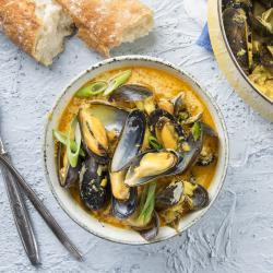 Une recette de moules au curry pour varier de la recette traditionnelle des moules à la crème. Cette recette de moule est délicieuse et facile à cuisiner par tous. La quantité de curry indiqu&eacu