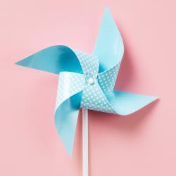 Moulin à vent en papier pour jouer en plein air pendant  les vacances. Fiche explicative illustrée et modèles gratuits.