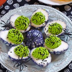 Découvrez comment réaliser cette recette parfaite pour Halloween. Présentez à vos invités ces oeufs mimosa et ils croiront que ce sont des oeufs pourris alors qu'ils sont délicieux !