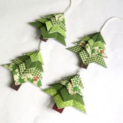 L'origami va vous permettre de réaliser des jolies déco de Noël particulièrement économiques puisqu'il ne vous faudra qu'un bon papier de qualité. Retrouvez nos pliages de Noël et réalisez des suspensions pour le sapin de noel, des boîtes pour vos cadeaux