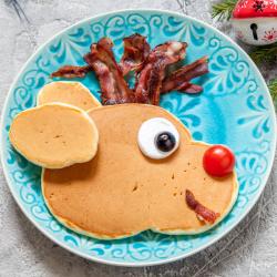 Nos Pancakes au bacon sons servis en forme de tête de renne de Noël. L'idéal pour les brunch ou petits déjeuner à l'approche des fêtes de fin d'année.