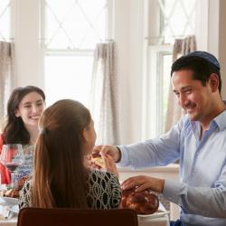Paques s'écrit au singulier pour désigner la pâque juive contrairement à la fête de Pâques chrétienne qui s'écrit au pluriel. Origine, symboles et traditions, retrouvez des infos et des conseils pour expliquer la paque juive aux enfants