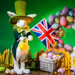 En Angleterre comme en Hollande, la tradition de la fête de Pâques est un peu différente du reste de l'Europe. En effet, ce n'est ni la poule, ni la cloche, ni un lapin qui ramène aux enfants les œufs de Pâques. Pour tout savoir sur cette tradition de Pâq