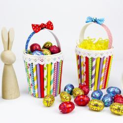 Comment réaliser un panier de Pâques à partir d'un gobelet et de pailles en cartons ? Une activité récup colorée et parfaite pour fêter Pâques avec les enfants. La chasse aux oeufs de Pâques est ouverte !