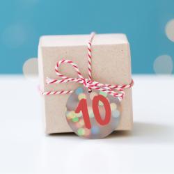 Voilà des étiquettes pour le calendrier de l'Avent à imprimer afin de faire son propre calendrier de l'Avent. Imprimez-les sur du papier épais ou du papier autocollant afin de les accrocher sur les cadeaux.