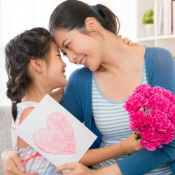 Trouvez un poème pour maman à imprimer ou à réciter le jour de sa fête des mères ! Une bonne idée d'attention qui lui fera plaisir.