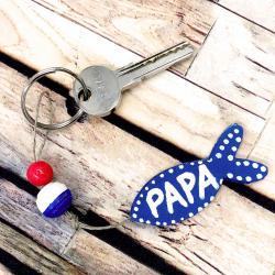 Quoi offrir pour la fête des pères cette année ? Et pourquoi pas ce porte-clés en perles avec un joli poisson ? Ce porte-clés accompagnera le meilleur des papas partout où il ira et pourra être personnalisé !