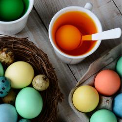 Apprendre aux enfants à préparer les oeufs de Pâques