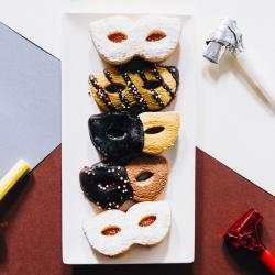 Découvrez comment réaliser une Recette pour faire des biscuits de Carnaval. Il seront parfaits à manger pendant le Carnaval et Mardi Gras et sont très drôles à réaliser avec les enfants.