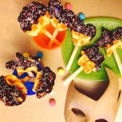 Une recette pour apprendre à réaliser des gaufres fourrées de compote de pomme et nappées de chocolat
