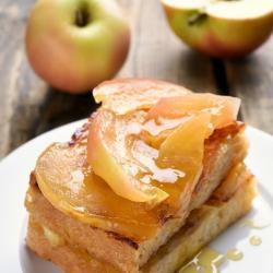 La pomme s'accorder parfaitement au pain et au sucre caramélisé dans cette recette du pain perdu aux pommes. Une recette simple pour cuisiner les pommes et les restes de pains. Le pain perdu aux pommes sera un dessert facile à faire et à manger.