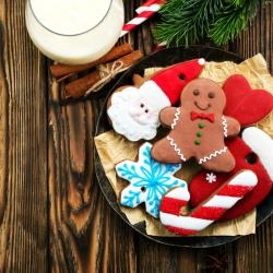 Recette de sablés décorés pour Noël avec des petits confettis en sucre. La pâte à sablés est découpée avec des emporte-pièces aux formes &eacute