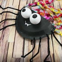 Halloween : réaliser ses sachets et ses paniers de bonbons pour la fête. Le enfants pouront participer à la chasse aux bonbons avec des sacs faits maison.