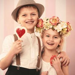 Chaque 14 février, la Saint Valentin nous offre une occasion de célébrer l'amour et les amoureux. Retrouvez nos infos sur l'origine de la Saint Valentin et toutes nos idées d'activités pour fabriquer un cadeau ou une carte de St Valentin avec les enfants.
