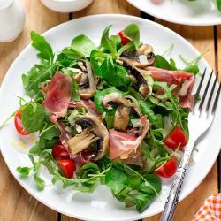 Petite salade composée à la féta, aux champignons, aux tomate séchées, jambon cru et aux coeurs d'artichauts. Une salade pour les repas légers ou les repas d'été.