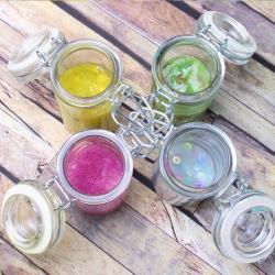 Découvrer comment créer une véritable collection de Slime coloré. Rose, orange, bleu, à paillettes ou à perles, ce qui est sur, c'est que cette activité plaira à tous les enfants !
