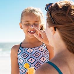 Dossier complet sur le soleil, les crèmes solaires, la protection solaire des enfants et les risques du soleil. Mieux connaître le soleil pour mieux en profiter c'est mieux aussi mieux connaître sa peau, sa structure et son fonctionnement. Comment et quan