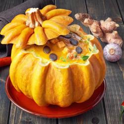 Pour Halloween, et si vous serviez votre soupe à la citrouille directement dans la citrouille ? Aussi délicieuse que colorée, la soupe à la citrouille plaît beaucoup aux enfants. Si vous n'avez pas réussi à convaincre les vôtres, essayez-donc la soupe ser