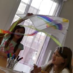 Une activité à faire avec les enfants : décorer et faire voler un cerf-volant