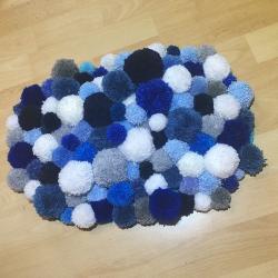 Un tapis à pompons fait maison