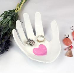 Un tuto pour réaliser avec les enfants une coupelle à bijoux en forme de main des enfants.