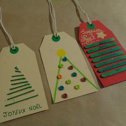 Une petite carte brodée en forme de sapin pour vos étiquettes de cadeaux de Noël