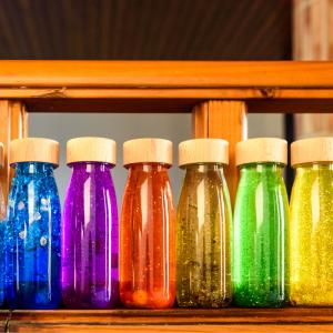 La bouteille relaxante est un formidable outil pour apprendre aux enfants à calmer leur colère ou une agitation passagère. Comment ça marche ?