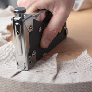Agrafe : Mot du glossaire Tête à modeler. Une agrafe est une petite pièce de métal ou de plastique servant à attacher ensemble des feuilles de papier.  Activités associées.