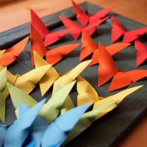 Un tableau avec une envolée de papillons en origami