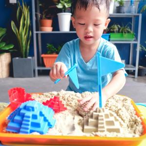 Les bacs d'exploration ou bacs sensoriels sont de précieux outils pour apprendre en s'amusant grâce aux sens